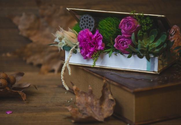 Een verrassingsdoos met bloemen op een tafel