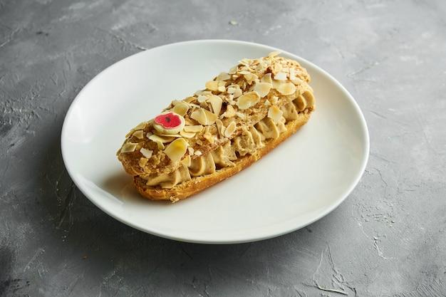 Een verrukkelijke interpretatie van het klassieke franse dessert paris-brest, gemaakt van soezendeeg en een room met praliné-smaak