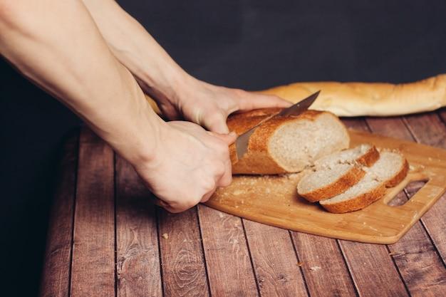 Een vers brood snijden op een keukenmaaltijd van de snijplank.