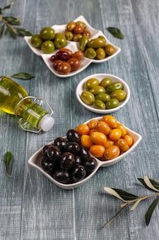 Een verscheidenheid aan groene en zwarte hele olijven.