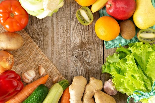 Een verscheidenheid aan groenten en fruit aan uw tafel.