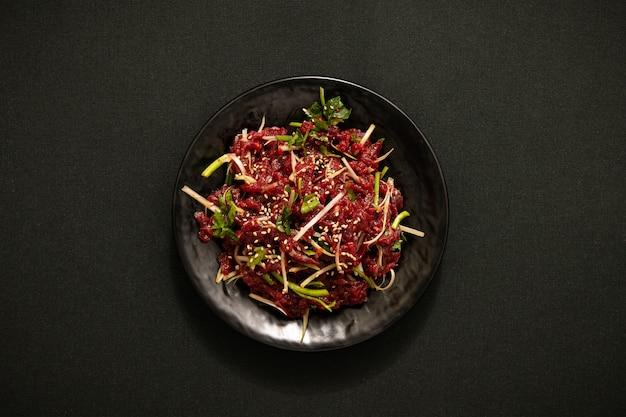 Een verscheidenheid aan groenten en vleessalade op een bord