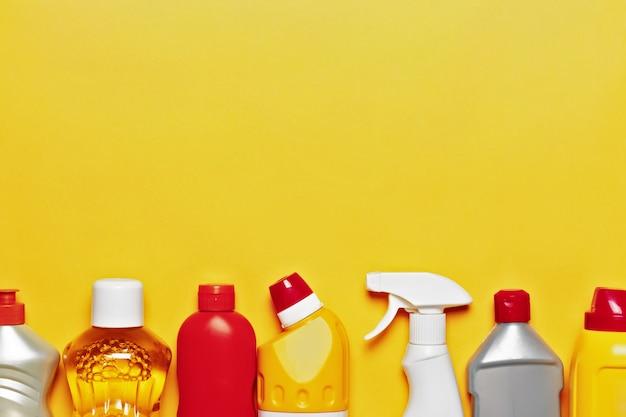 Een verscheidenheid aan huishoudelijke chemicaliën op de