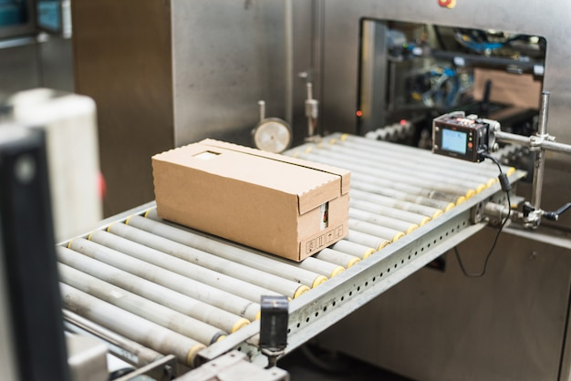 Een verscheidenheid aan kartonnen producten in een kartonnen doos verpakken. werken in de fabriek. zonder mensen