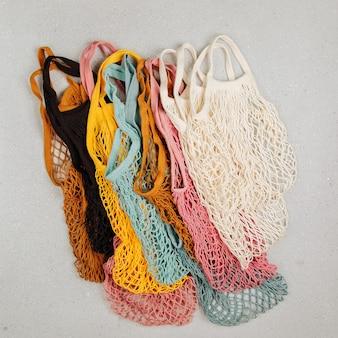 Een verscheidenheid aan kleurrijke herbruikbare boodschappentassen. geen afvalconcept. geen kunststof. milieuvriendelijke netzakken.