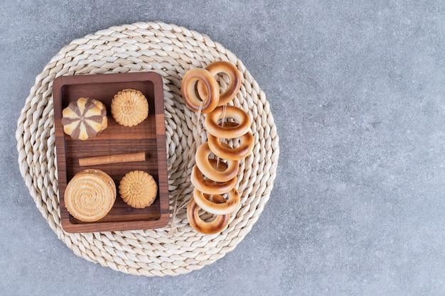 Een verscheidenheid aan koekjes op een onderzetter