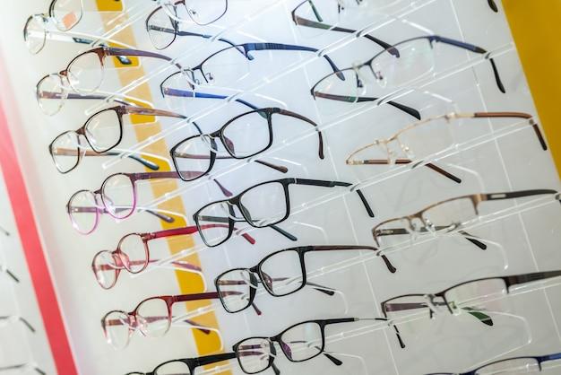 Een verscheidenheid aan medische en zonnebrillen op de stand in de winkel