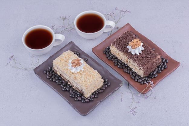 Een verscheidenheid aan medovic-taarten met twee kopjes thee