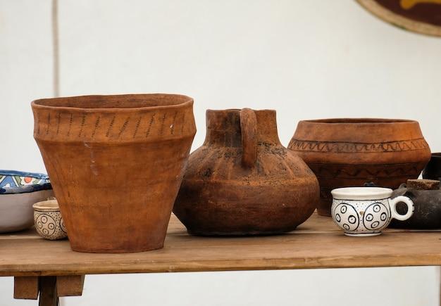 Een verscheidenheid aan oude gebruiksvoorwerpen gemaakt van klei op een tafel