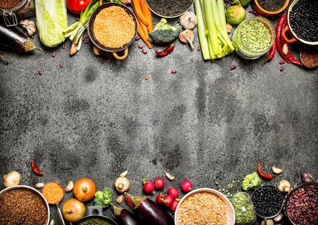 Een verscheidenheid aan peulvruchten en groenten