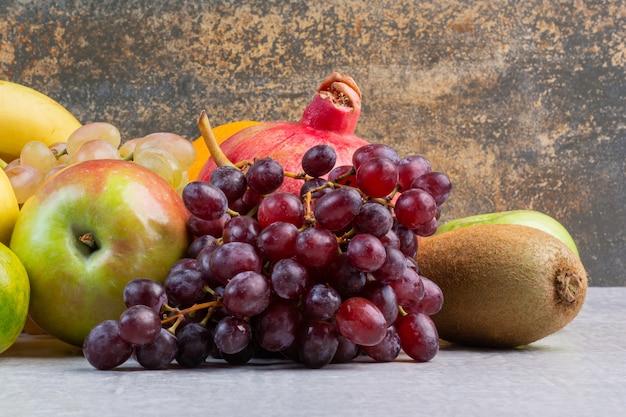 Een verscheidenheid aan rijp fruit, op het marmer.