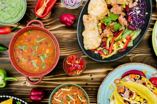 Een verscheidenheid aan zelfgemaakte mexicaanse gerechten