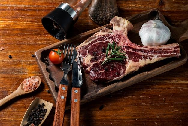 Een verse biefstuk op het snijbord