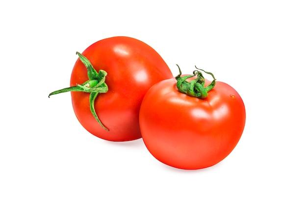 Een verse rode tomaat op wit wordt geïsoleerd