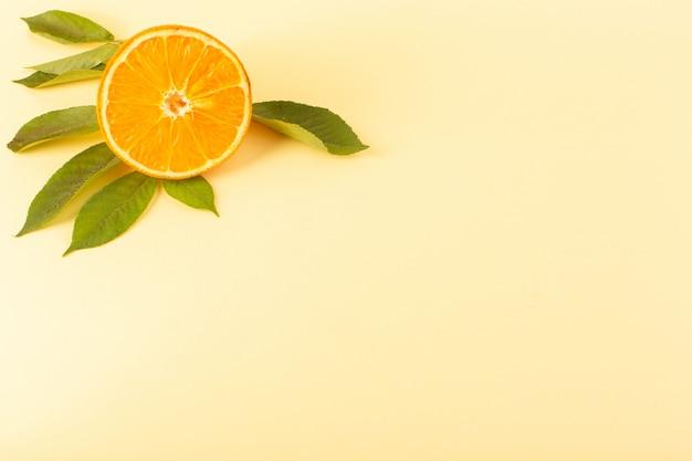 Een verse zachte zachte sappige rijp van de vooraanzicht oranje plak geïsoleerd samen met groene bladeren op de room gekleurde zomer van achtergrondcitrusvruchtensap