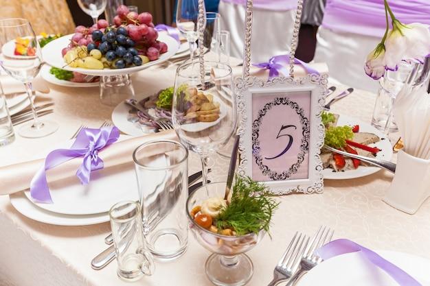 Een versierde trouwtafel met een stoel nummer vijf. trouwtafel geserveerd.