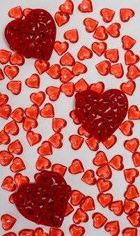 Een verstrooiing van rode kleine harten op een witte achtergrond een feestelijk geschenk van liefde en