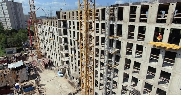 Een verticale inspectie van de bouwplaats van een gebouw met meerdere verdiepingen