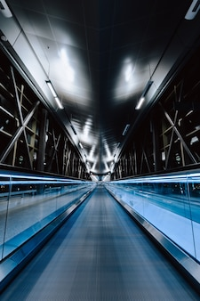 Een verticale opname van een lege brug 's nachts