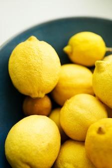 Een verticale van verse en sappige citroenen