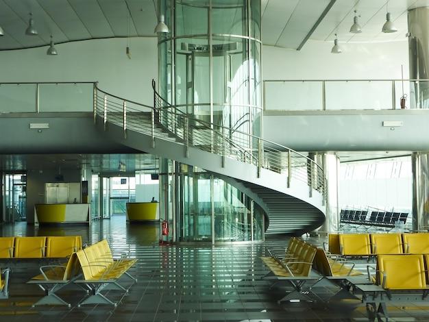 Een vertrekgate op een grote internationale luchthaven