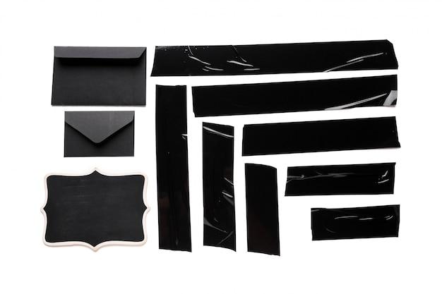 Een verzameling gebruikte zwarte elektrische tape-stukken