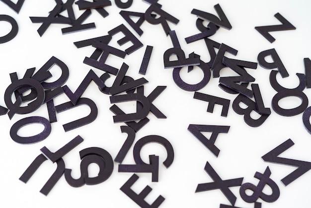 Een verzameling van willekeurig gesneden letters alfabet abstract boven plat lag concept