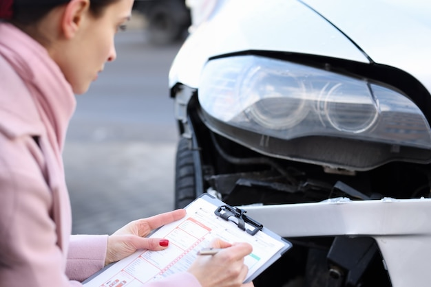 Een verzekeringsagent beschrijft schade aan een motorrijtuig