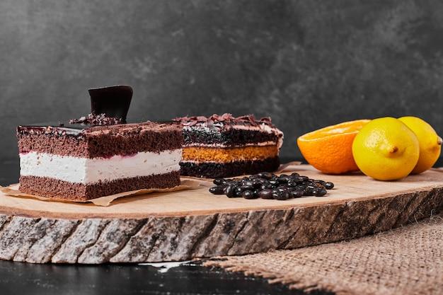 Een vierkant plakje chocolade cheesecake met citroen.