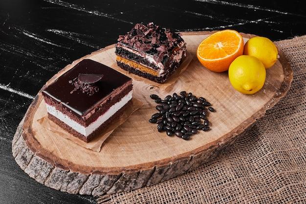 Een vierkant plakje chocolade cheesecake met citrusvruchten.