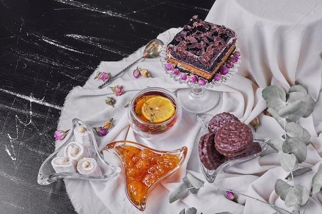 Een vierkant plakje chocolade cheesecake met koekjes.