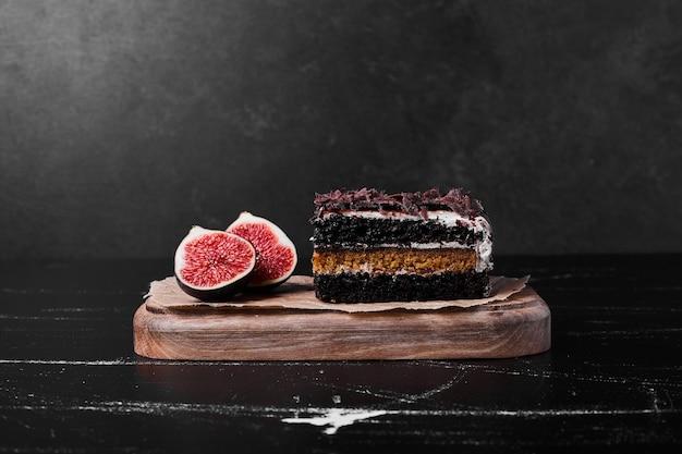 Een vierkant plakje chocolade cheesecake op zwart