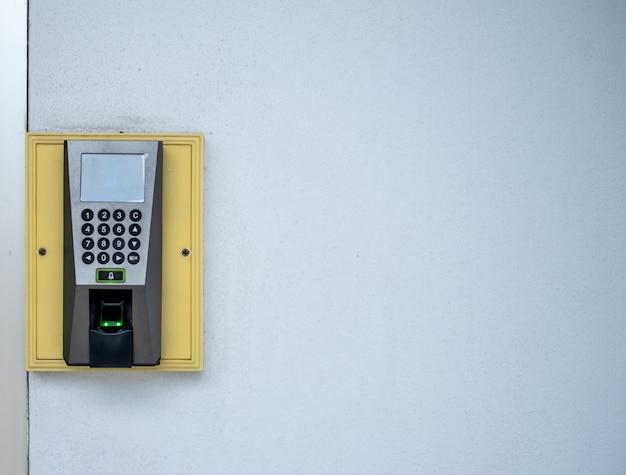Een vingerscans-toegangscontrolesysteem om deuren te vergrendelen en ontgrendelen en the time recorder voor werknemers Premium Foto