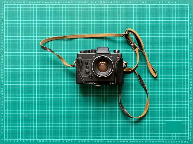 Een vintage klassieke ouderwetse fotocamera, eenvoudig creatief ideeconcept