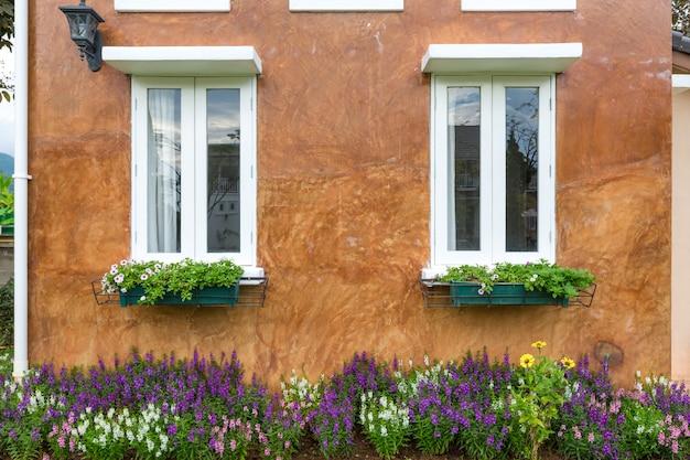 Een vintage-stijl van oranje gebouw met witte vensters.