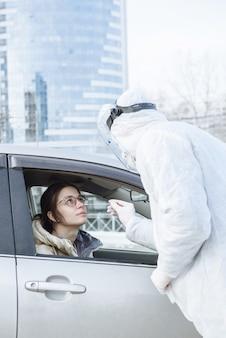 Een viroloog of arts die beschermende pbm-kleding draagt