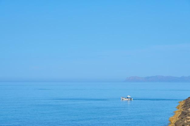 Een vissersmotorboot voor de kust van kreta.