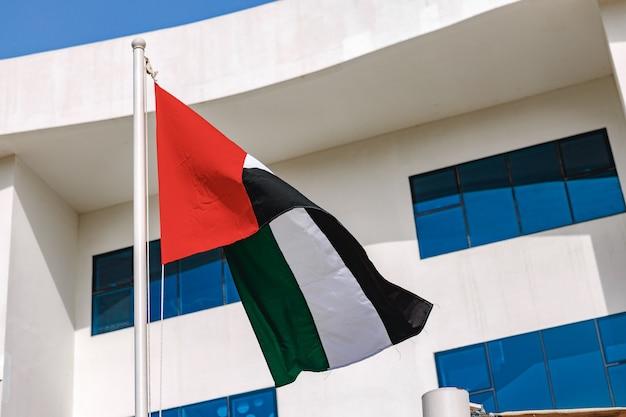 Een vlag van een verenigde arabische emiraten wappert in de wind