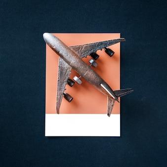Een vliegend metalen vliegtuig speelgoed object