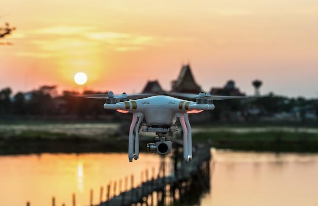 Een vliegende drone bewapend met camera