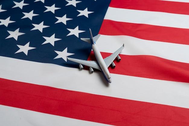 Een vliegtuig op de vlag van de vs als symbool van passagiersvervoer