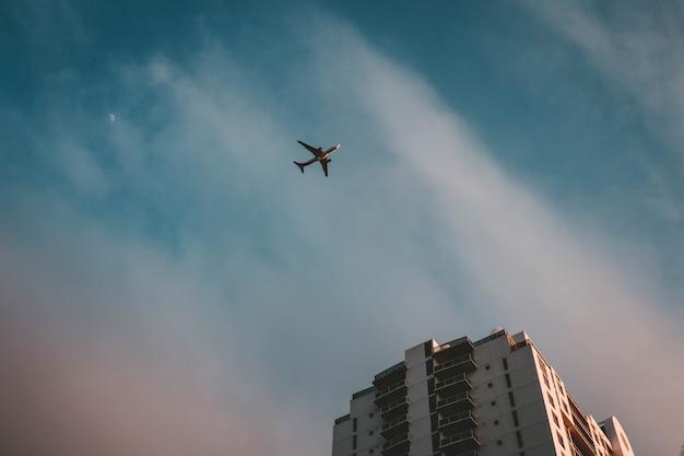 Een vliegtuig vliegt over een gebouw
