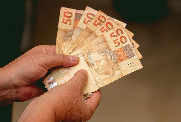 Een volk met braziliaanse bankbiljetten van braziliaanse real