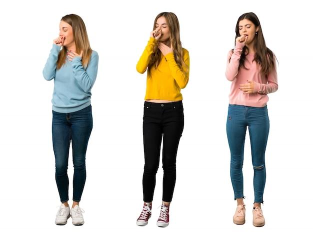 Een volledige foto van een groep mensen met kleurrijke kleding lijdt aan hoest