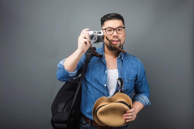 Een volwassen man draagt zijn schooltas en apparatuur om te reizen.