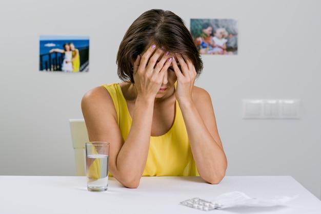Een volwassen vrouw heeft ernstige hoofdpijn