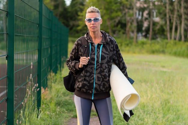 Een volwassen vrouw in opleiding, in het stadion. voor elk doel.