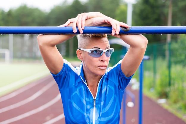 Een volwassen vrouw in opleiding, in het stadion. voor welk doel dan ook.