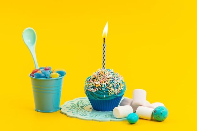 Een vooraanzicht blauwe cake met kaars samen met marshmallows en marmelade op geel, zoet suikerkoekje