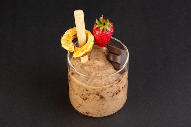 Een vooraanzicht bruin chocodessert smakelijk heerlijk snoepje met gepoederde koffiechocobar en aardbei die op het donkere zoete verfrissende dessert wordt geïsoleerd als achtergrond
